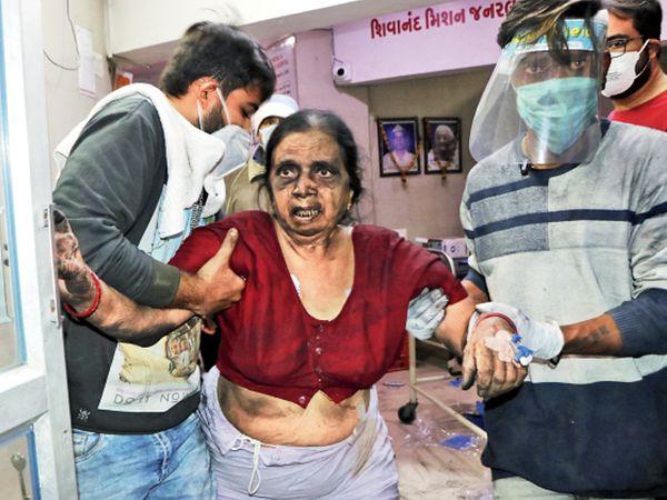 उदय शिवानंद कोविड अस्पताल में 33 कोरोना मरीज भर्ती थे। रेस्क्यू में कई मरीजों को बचा लिया गया है। - Dainik Bhaskar