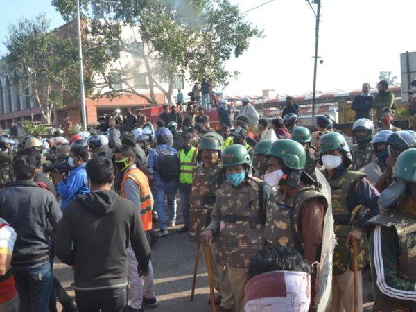 अतिक्रमण हटाए जाने के दौरान भारी संख्या में पुलिस बल मौजूद है।