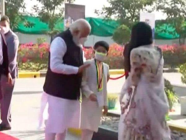 जायडस कंपनी के एमडी शर्विल की पत्नी और बच्चों से मुलाकात करते हुए पीएम मोदी।