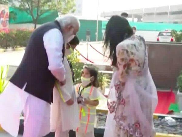 पीएम मोदी से बात करती हूई शर्विल की बेटी। मोदी ने दोनों बच्चों को अपना स्नेह भी दिया। - Dainik Bhaskar