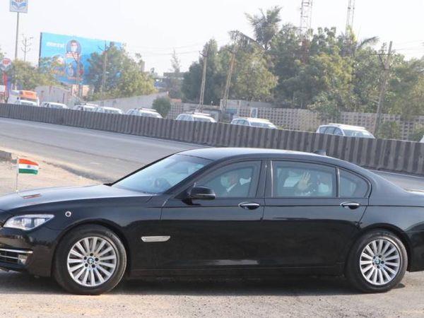 हैलिपैड से मोदी कंपनी के चेयरमैन पंकज पटेल की कार से प्लांट तक पहुंचे थे।