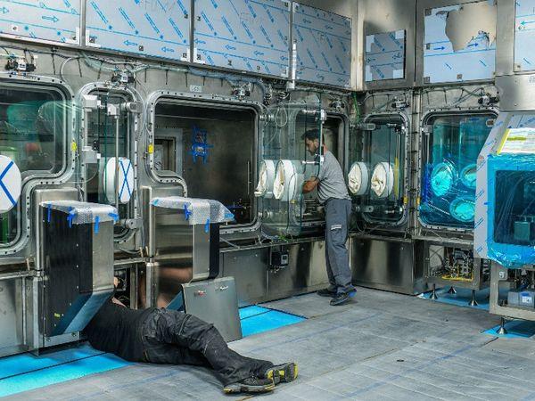 सीरम कंपनी में जर्मन कंपनी के टेक्नीशियंस ने नई हाई स्पीड वैक्सीन असेंबली इंस्टॉल की है।
