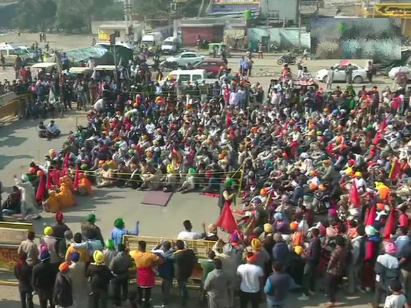 विरोध प्रदर्शन कर रहे किसान संगठनों ने सिंघु बॉर्डर पर बैठक करके आगे की रणनीति तय की।