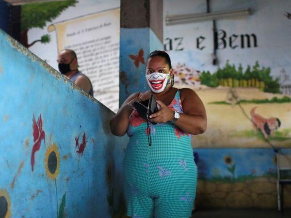 फोटो ब्राजील की है। यहां रविवार को लोकल बॉडी के इलेक्शन हुए। कोरोना से बचाव के लिए कई वोटर्स इस दौरान डिजाइनदार मास्क पहने दिखे। - Dainik Bhaskar