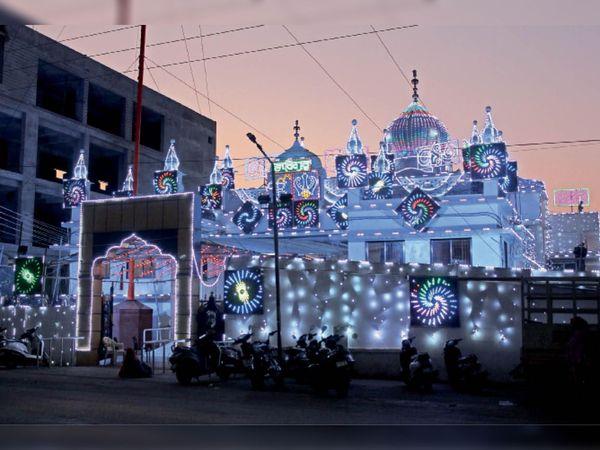गुरुनानक देवजी के 551वें प्रकाश पर्व पर स्टेशन रोड, दुर्ग समेत दुर्ग-भिलाई के सभी गुरुद्वारों को आकर्षक रौशनी से सजाया गया है। - Dainik Bhaskar