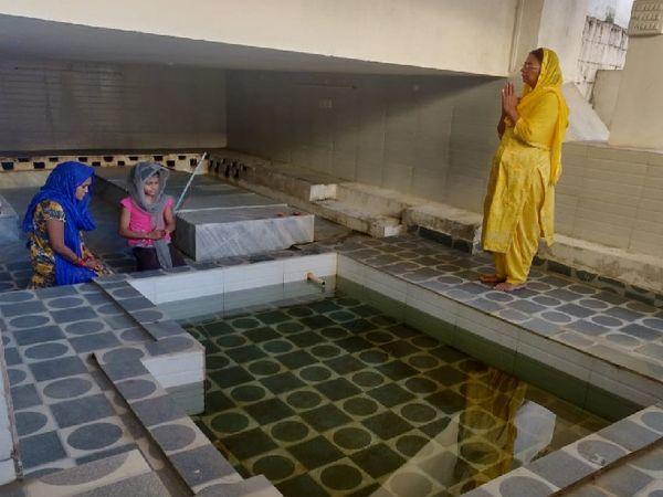 जिस कुंड के पानी से नानकजी ने कोढ़ी का कोढ़ ठीक किया, वह अब भी मौजूद, अब वहां है बाउली साहिब गुरुद्वारा, दूर-दूर से आते हैं लोग दर्शन के लिए। रामनगर के उसी कुंड में अरदास करते श्रद्धालु।