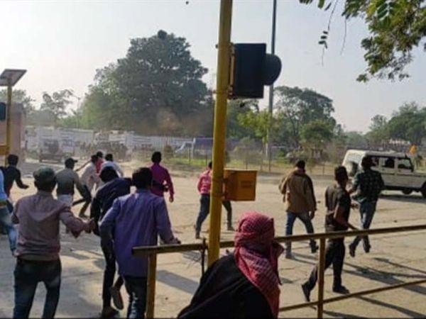 पुलिस पर पथराव करते ग्रामीण। - Dainik Bhaskar