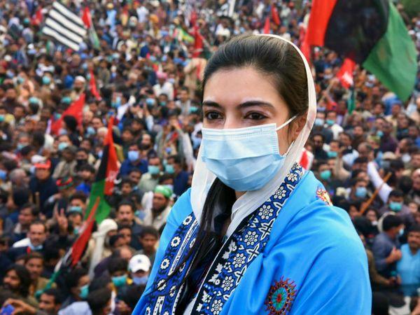 सोमवार को मुल्तान में विपक्षी गठबंधन की रैली के दौरान आसिफा भुट्टो जरदारी। आसिफा ने रैली में आए लोगों से मास्क लगाने की भी अपील की। - Dainik Bhaskar