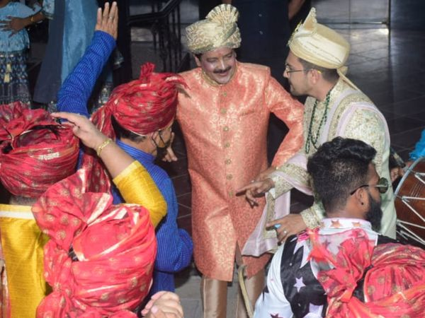 उदित नारायण ने बेटे आदित्य की शादी में जमकर डांस किया। बरात उदित के घर से इस्कॉन मंदिर के लिए रवाना हुई थी।