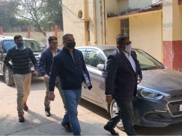बांदा की स्पेशल कोर्ट में पहुंचे CBI  के अधिकारी। - Dainik Bhaskar