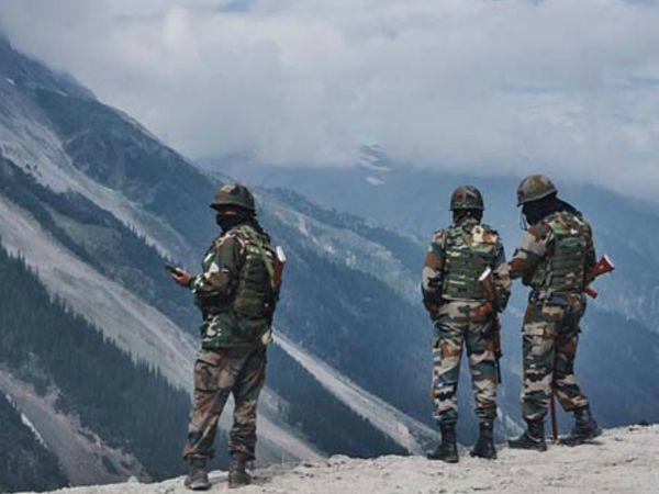भारतीय सैनिक पहले से ही सियाचिन ग्लेशियर, ऊंचाई वाले इलाकों और लद्दाख सेक्टर में मोर्चा संभाले हुए हैं। सर्दियों में लंबे समय तक मोर्चे पर डटे रहने की तैयारियां की हैं। (फाइल फोटो) - Dainik Bhaskar