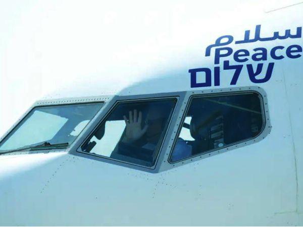 फोटो 31 अगस्त का है। तब इजराइल के बेन गुरियोन एयरपोर्ट से अबुधाबी के लिए एक फ्लाइट रवाना हुई थी। इस फ्लाइट में अमेरिका और इजराइल का संयुक्त प्रतिनिधिमंडल था। कुछ दोनों बाद यूएई ने इजराइल से डिप्लोमैटिक रिलेशन शुरू किए थे। - Dainik Bhaskar