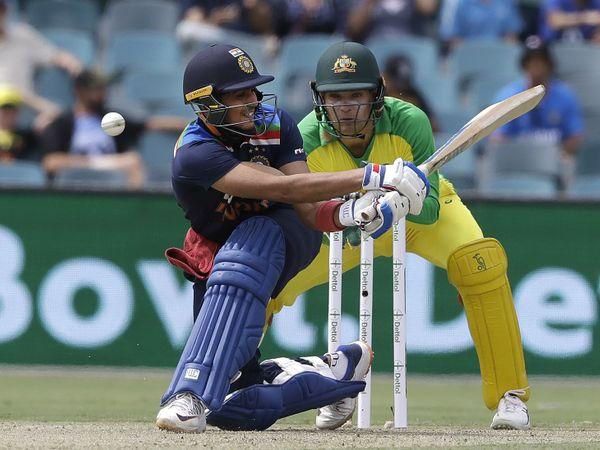 सीरीज में अपना पहला मैच खेल रहे शुभमन गिल 33 रन बनाकर एश्टन एगर कर बॉल पर LBW हुए।