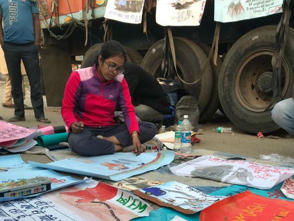 दिल्ली से आए भगत सिंह छात्र एकता मंच के युवा। ये किसानों के लिए पोस्टर बनाने का काम कर रहे हैं।