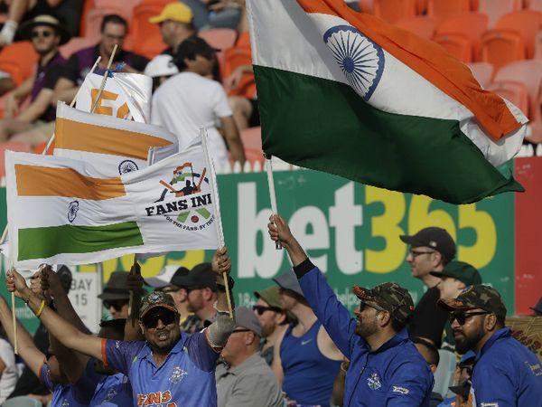 मैच में भारतीय टीम को चीयर करने पहुंचे टीम इंडिया के फैंस।