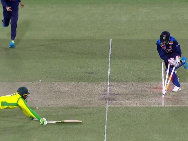 एलेक्स कैरी 38 रन बनाकर रन आउट हुए।