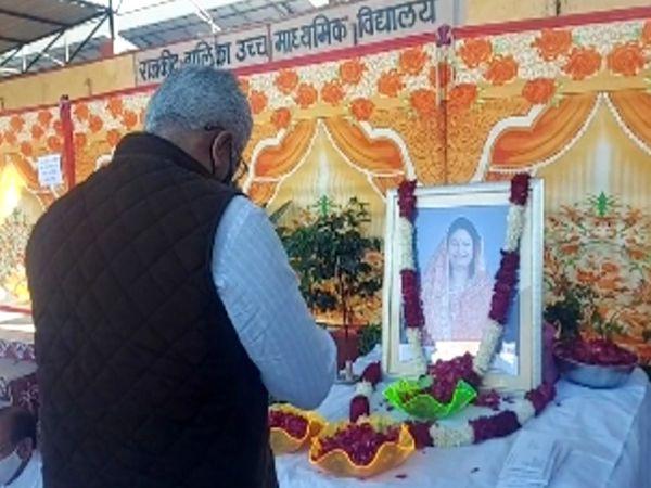 किरण माहेश्वरी को श्रद्धांजलि देते केंद्रीय मंत्री गजेंद्र सिंह शेखावत - Dainik Bhaskar