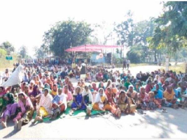 धमतरी के दुगली में किसानों ने 30 नवंबर की सुबह हाईस्कूल के पास पंडाल लगाकर प्रदर्शन शुरू किया।