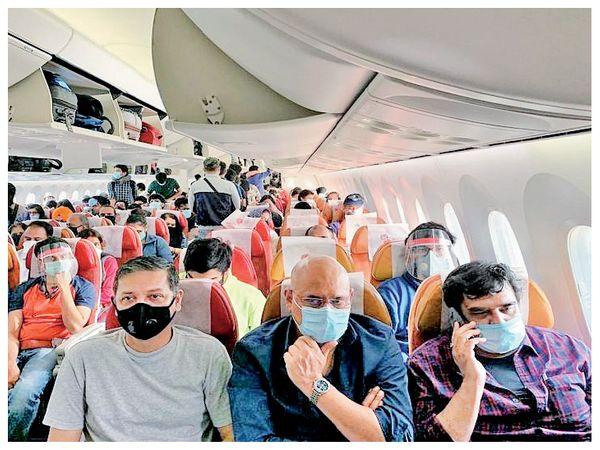 विमान में जितना कम वजन होगा, लैंडिंग और टेकऑफ में ईंधन की खपत उतनी ही कम होती है। (फाइल फोटो) - Dainik Bhaskar