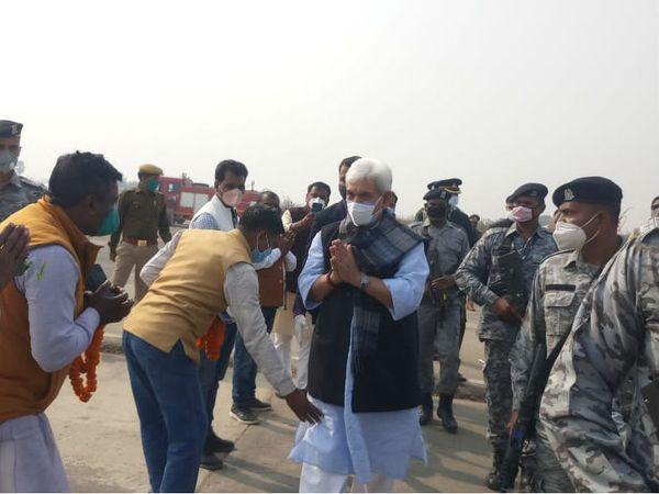गाजीपुर में अंधऊ एयरपोर्ट पर मनोज सिन्हा।