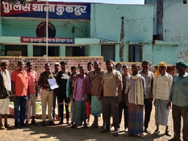 कवर्धा में कुकदूर (पंडरिया) में चाटां सेवा सहकारी समिति ने कई किसानों का पंजीयन निरस्त कर दिया है। इसके विरोध में किसान अफसरों को बुलाने की मांग कर रहे हैं।