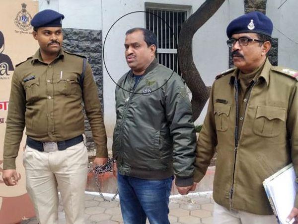 खजराना पुलिस ने पिछले साल प्लॉटों की धोखाधड़ी में बब्बू को गिरफ्तार किया था।