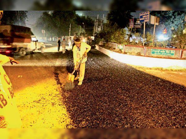 कमल पेलेस के सामने देर शाम को 15 डिग्री तापमान में बनाई जा रही सड़क। -भास्कर - Dainik Bhaskar