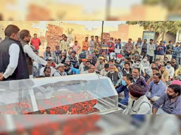 नगर कौंसिल दफ्तर में शव रखकर प्रदर्शन करते हुए वाल्मीकि समाज के लोग।-भास्कर - Dainik Bhaskar