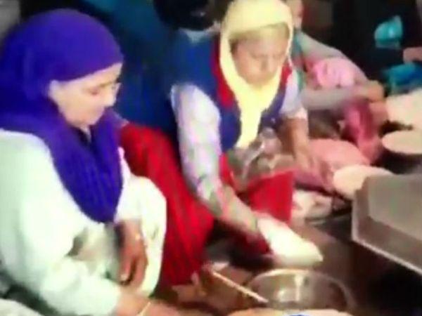 कपूरथला के एक गांव में किसानों के लिए रोटियां बनाती महिलाएं।