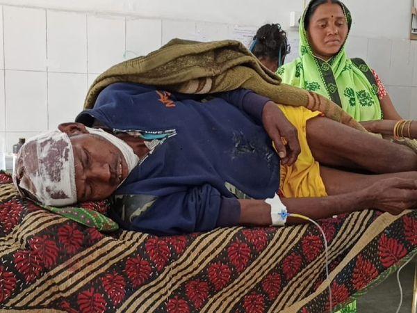 मंगलवार की रात 1 बजे सो रहे बुजुर्ग पर 5 आरोपियों ने किया था हमला, मरा समझकर छोड़कर भागे - Dainik Bhaskar