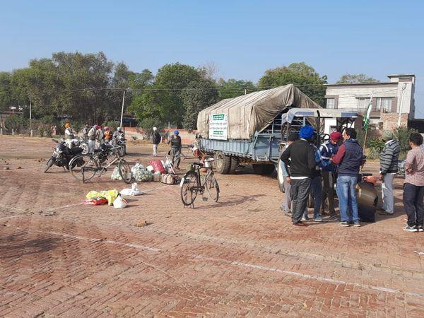 पंजाब के रामपुरा फूल से दिल्ली टिकरी बॉर्डर में आंदोलन कर रहे किसानों के लिए खाना लेकर रवानगी की तैयारी करते ग्रामीण। - Dainik Bhaskar