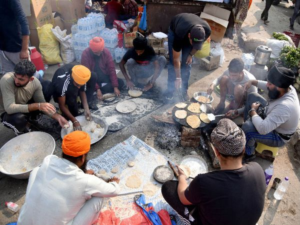 साथी कृषि कानूनों के खिलाफ आवाज बुलंद कर रहे हैं तो एक टीम उनके लिए खाना तैयार कर रही है। सबने अपनी-अपनी जिम्मेदारी संभाल रखी है।