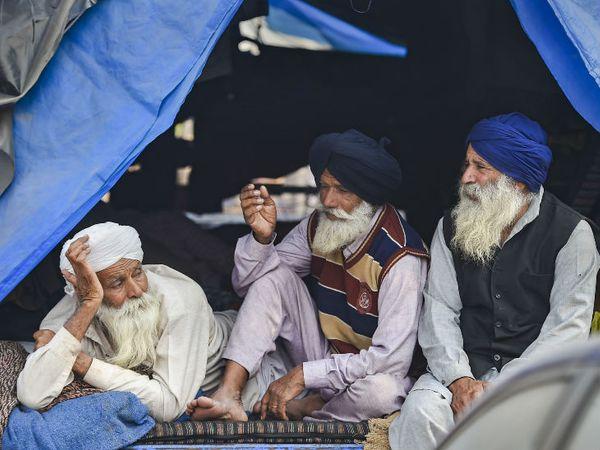सिंघु बॉर्डर पर कई बुजुर्ग किसान भी आए हैं। अब ट्रैक्टर-ट्रालियों में ही उनका ठिकाना है। इस दौरान फुर्सत के पलों में वे एक-दूसरे से मन की बात कर लेते हैं।