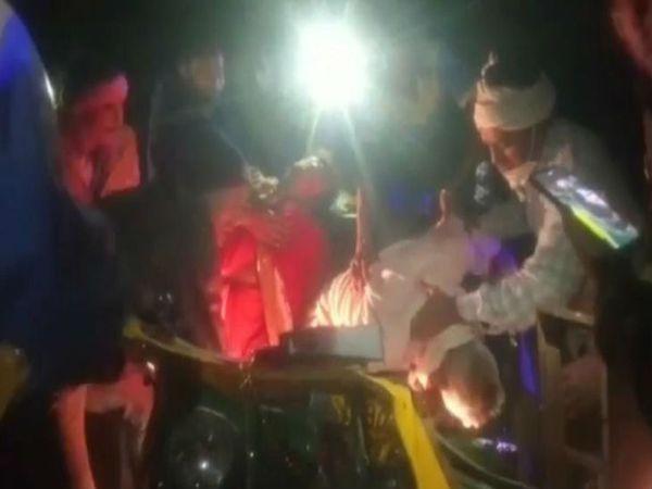 यूपी के बांदा में एक सड़क हादसे में 6 लोगों की मौत हो गई जबकि तीन अन्य घायल हो गए। शवों को कटर का प्रयोग कर टेंपो से बाहर निकाला गया। - Dainik Bhaskar