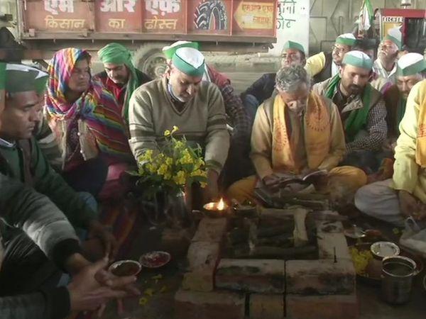 आंदोलन की सफलता के लिए गाजीपुर-गाजियाबाद बॉर्डर पर किसानों ने लगातार दूसरे दिन हवन किया।
