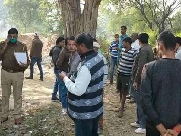 यह फोटो कानपुर की है। वारदात स्थल पर पड़ताल करती पुलिस टीम। - Dainik Bhaskar