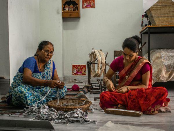 नीरजा के स्टार्टअप में तीन वीवर, एक हेल्पर और 4 इंटर्न हैं। इसके अलावा तीन महिलाएं भी हैं जो घर बैठे चरखे से कागज का धागा बनाकर देती हैं।