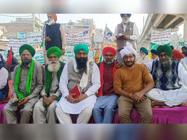तीन कृषि कानूनों के खिलाफ प्रदर्शन कर रहे किसानों को देश के बाहर रह रहे सिख समुदाय के लोगों का भी समर्थन मिल रहा है। - Dainik Bhaskar