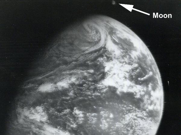 22 दिसंबर 1966 को पृथ्वी और चांद की पहली तस्वीर खींची गई थी।
