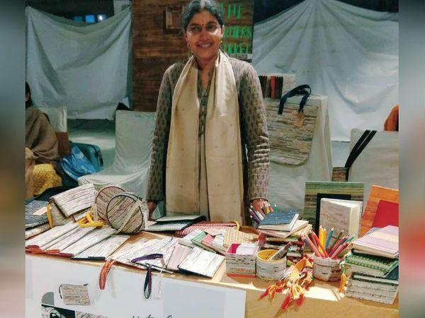 नीरजा कागज से क्लच, लैंपशेड,फोटो फ्रेम, बुकमार्क, डायरी, स्केच बुक, पेनस्टैंड आदि बना रहीं हैं। इन प्रोडक्ट्स की कीमत 300 रुपए से लेकर 10 हजार रुपए तक है।
