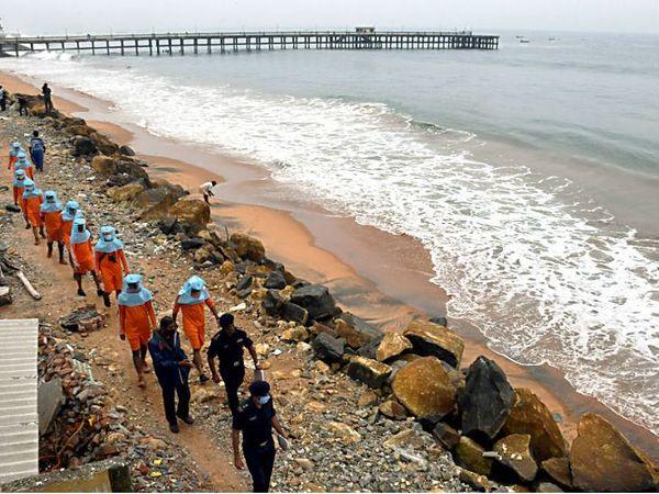 केरल के तिरुवनंतपुरम में बरवी तूफान की आमद से पहले रेस्क्यू और रिलीफ मिशन की तैयारियों का जायजा लेती NDRF की टीम।