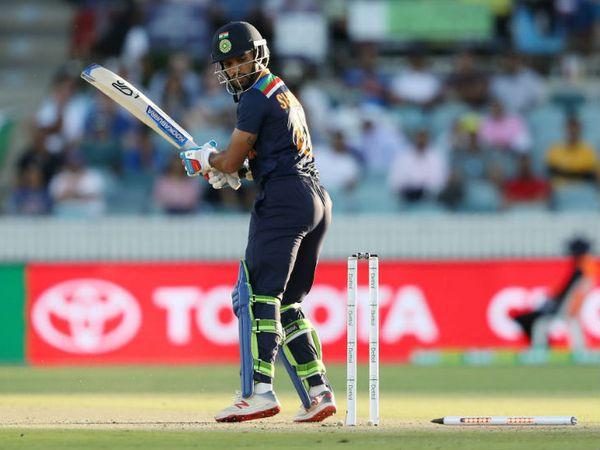 टीम इंडिया की शुरुआत अच्छी नहीं रही थी। ओपनर शिखर धवन एक रन बनाकर मिचेल स्टार्क की बॉल पर क्लीन बोल्ड हो गए।