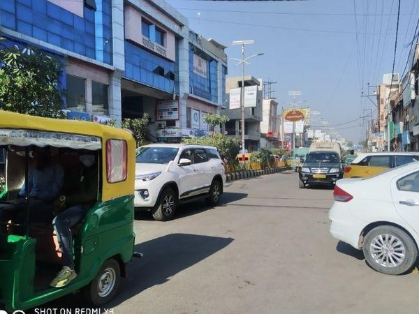 जयेंद्रगंज स्थित मार्ग पर सुबह सुबह दिन जैसी धूप रही - Dainik Bhaskar