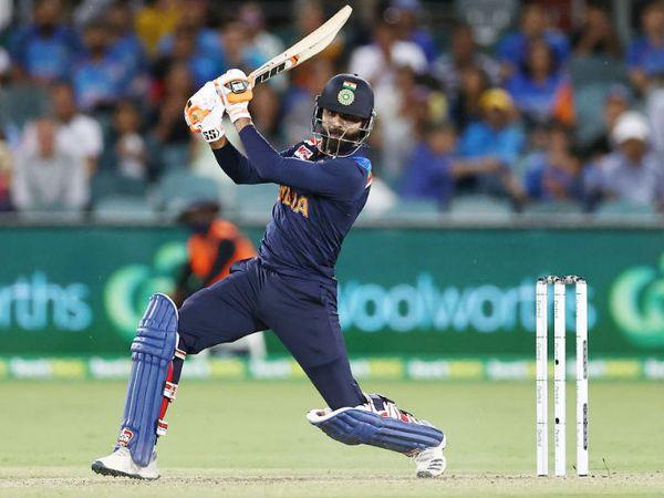 आखिर में रविंद्र जडेजा ने 23 बॉल पर ताबड़तोड़ 44 रन की पारी खेली। उन्होंने भी एक छक्का और 5 चौके जड़े। वे 19वें ओवर में चोटिल हो गए थे। उन्हें हैम-स्ट्रिंग की शिकायत हुई।