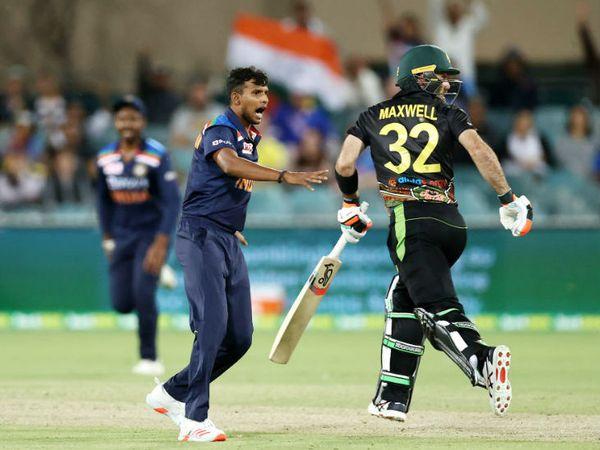 तेज गेंदबाज टी नटराजन का यह डेब्यू टी-20 रहा। मैच में उन्होंने 3 विकेट लिए। नटराजन ने ग्लेन मैक्सवेल (2), डी'आर्की शॉर्ट (34) और मिचेल स्टार्क (1) को पवेलियन भेजा।