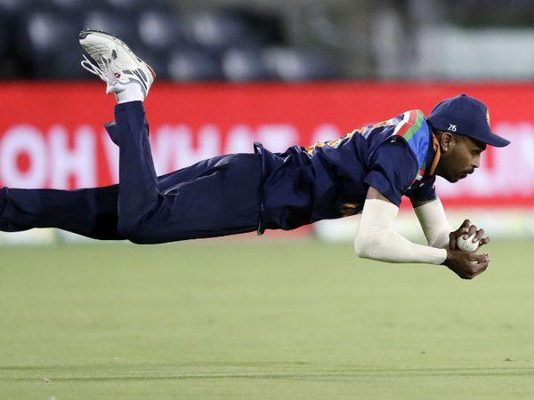हार्दिक पंड्या ने हवा में डाइव लगाकर एरॉन फिंच का शानदार कैच पकड़ा। जीत की ओर बढ़ रहे ऑस्ट्रेलियाई कप्तान फिंच 35 रन बनाकर आउट हुए। - Dainik Bhaskar