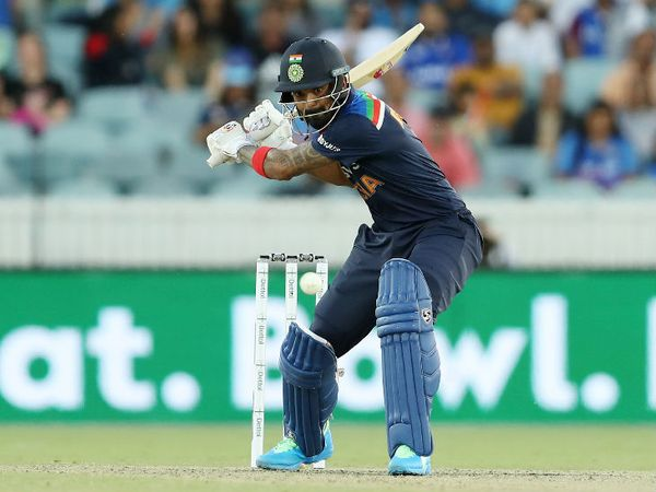 टीम इंडिया के विकेटकीपर बल्लेबाज लोकेश राहुल ने 40 बॉल पर सबसे ज्यादा 51 रन की पारी खेली। उन्होंने एक छक्का और 5 चौके जड़े।