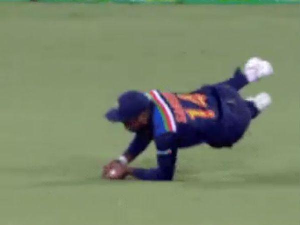 टीम इंडिया के विकेटकीपर बल्लेबाज संजू सैमसन ने डाइव लगाकर स्टीव स्मिथ का शानदार कैच लपका।