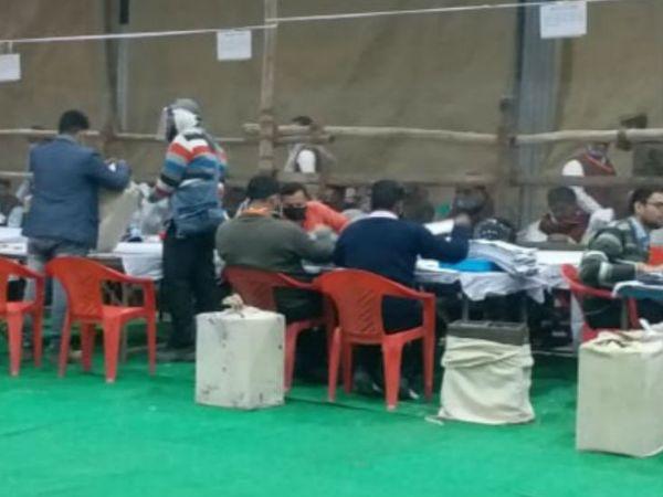 यूपी के वाराणसी में शिक्षक खंड चुनाव में सपा ने बीजेपी को हरा दिया है जबकि स्नातक खंड के चुनाव में भी भाजपा उम्मीदवार केदार नाथ सिंह सपा उम्मीदवार से पीछे चल रहे हैं। - Dainik Bhaskar