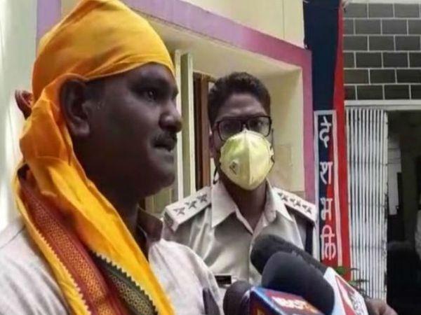 मीडिया से बात करता सुरेश कंहार (सिर में  पीला गमछा बांधे हुए)। - Dainik Bhaskar